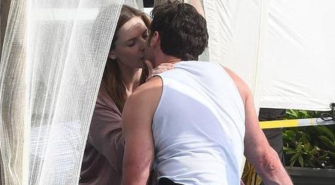 Hugh Jackman hôn đả nữ 'Nhiệm vụ bất khả thi', nghi ngoại tình