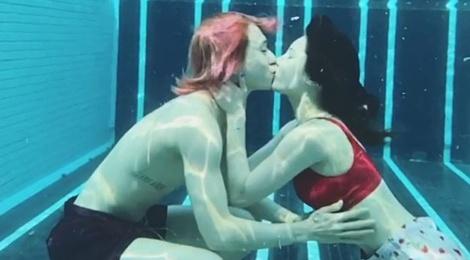 HyunA đăng video hôn bạn trai dưới nước