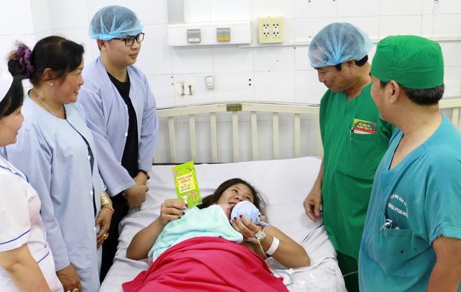 Giám đốc bệnh viện lì xì cho sản phụ sinh con đêm giao thừa