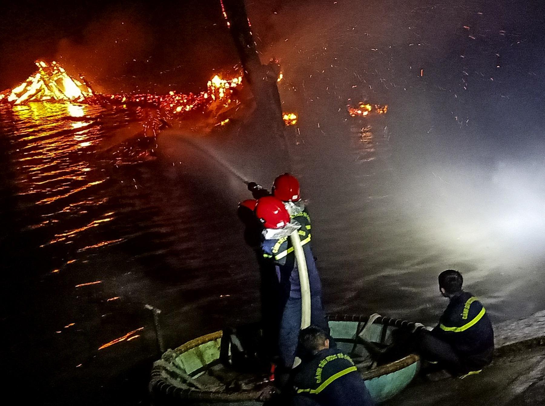 Tàu cá bốc cháy trước ngày ra khơi đầu năm mới