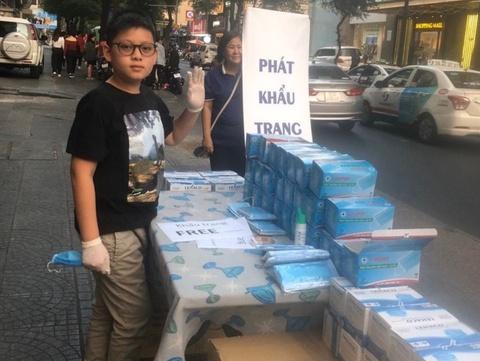 Bé 12 tuổi ở TP.HCM dành toàn bộ lì xì mua khẩu trang, phát miễn phí