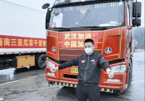 Tài xế xe tải nói dối mẹ, đêm ngủ 2 tiếng, chở hàng đến hỗ trợ Vũ Hán