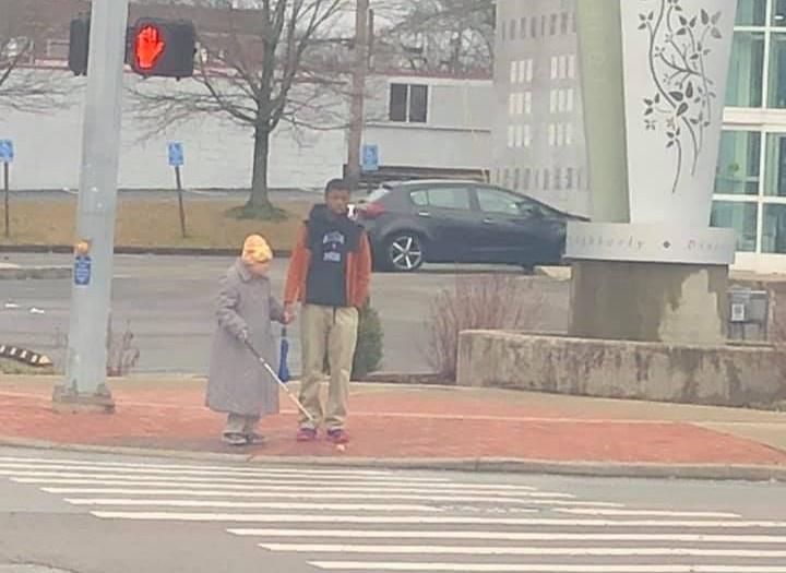 Chàng trai 15 tuổi giúp cụ bà bị mù qua đường