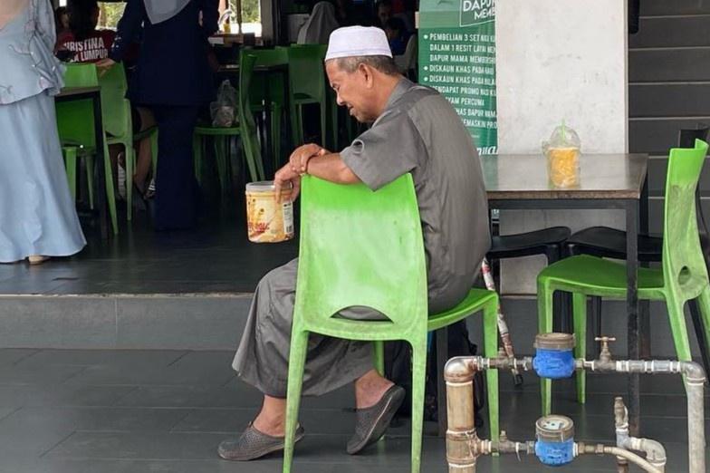 Cậu bé Malaysia bật khóc vì thương ông lão ăn xin bên ngoài nhà hàng