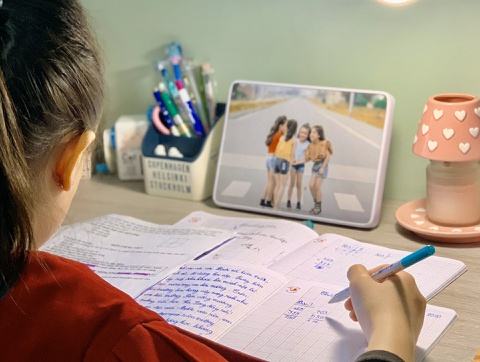 Học sinh lớp 3 viết thư động viên y, bác sĩ chống dịch