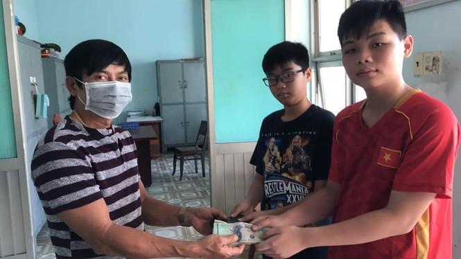 Nhặt được ví có hơn 30 triệu đồng, hai học sinh Phan Thiết trả lại chủ nhân