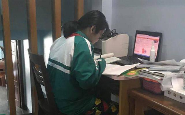Nữ sinh gương mẫu của năm: Học online vẫn mặc đồng phục, đeo khăn đỏ