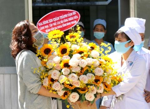 Bệnh nhân số 34 ở Bình Thuận tặng hoa, cám ơn bác sĩ khi xuất viện