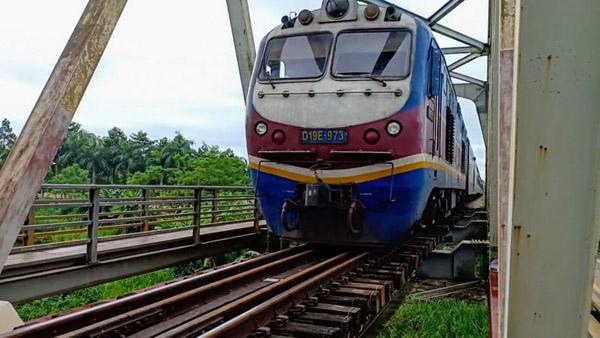 Mải chụp hình, hai nữ sinh tử vong khi đoàn tàu chạy qua