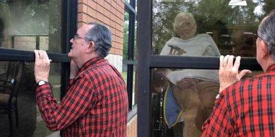 Cụ ông 85 tuổi đứng hát cho vợ nghe qua cửa kính khu cách ly