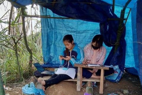 Cô nữ sinh ĐH Thương mại phải dựng lán trên đồi, bắt sóng học online