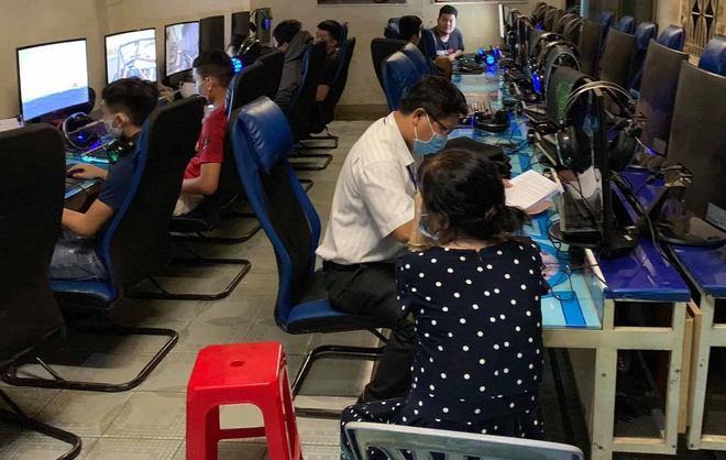 Nhiều khách trong quán Internet chui vào nhà vệ sinh để trốn
