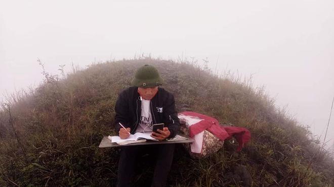 Chàng sinh viên ĐH Thương mại leo đồi cách nhà 7 km để học online