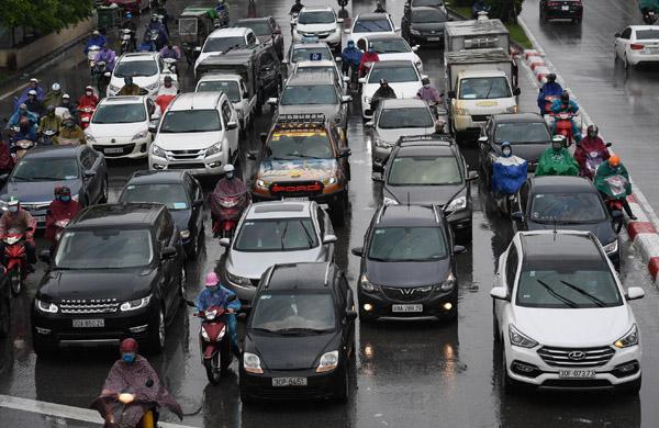 Xe cộ nhích từng mét trong ngày Hà Nội mưa rét