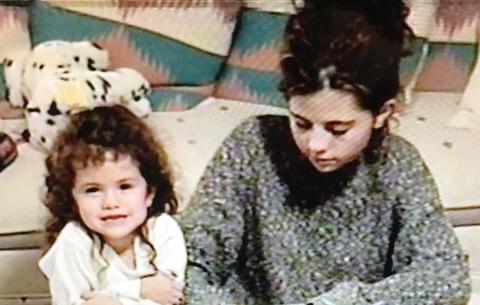Selena Gomez, Justin Bieber đăng ảnh thời trẻ của mẹ