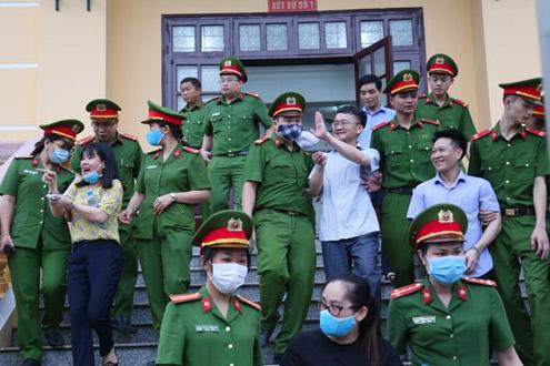 Thái độ hớn hở của bị cáo vụ gian lận thi cử ở Hoà Bình khiến dân mạng nổi giận