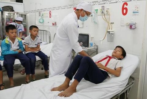 Hàng chục học sinh nhập viện sau khi uống nước ngọt