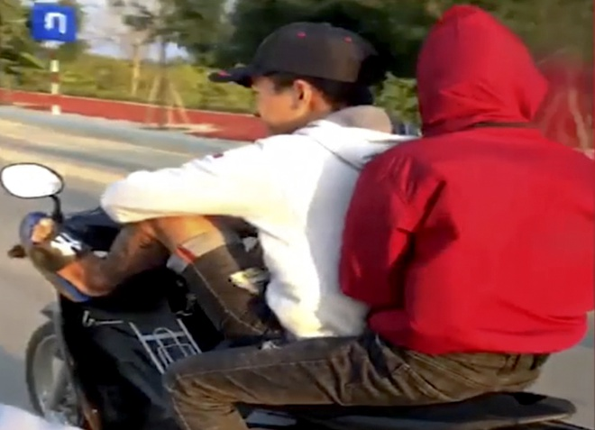 Thanh niên lái xe máy bằng chân bị phạt 8,5 triệu đồng