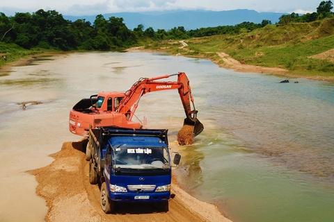 Chặn dòng, đắp đường ra giữa sông khai thác cát trái phép