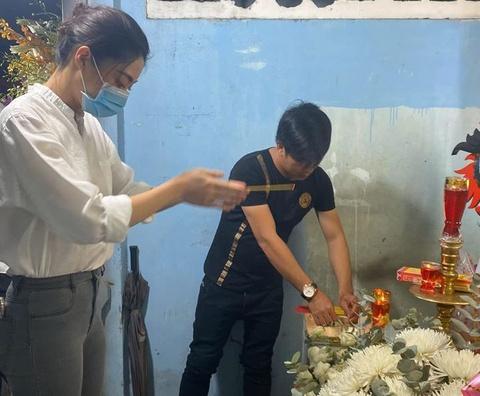 Lương Thùy Linh đến viếng bé trai tử vong vì cây phượng bật gốc