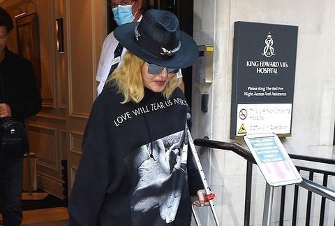 Madonna chống nạng đi kiểm tra sức khỏe