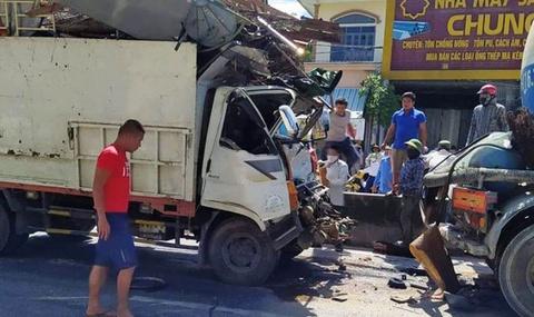 Tài xế thiệt mạng, đầu ôtô tải dập nát sau khi húc đuôi xe bồn