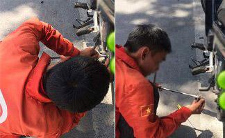 Hai anh xe ôm cố gắng sửa xe giúp người qua đường giữa trời nắng nóng