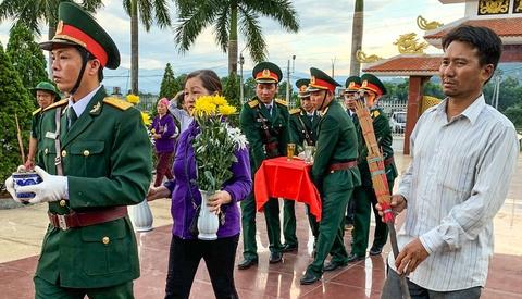 Khai quật hố chôn tập thể 17 chiến sĩ hy sinh cách đây 50 năm
