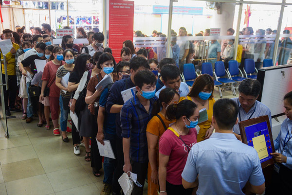 Trăm người chen chúc xếp hàng làm thủ tục nhận hỗ trợ thất nghiệp