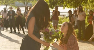 Cô gái gốc Việt được bạn gái cầu hôn ngay khi chống dịch trở về