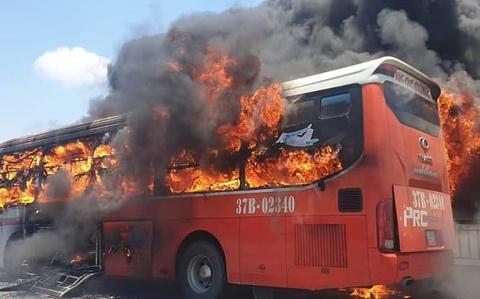 Xe giường nằm bốc cháy, 20 người thoát chết