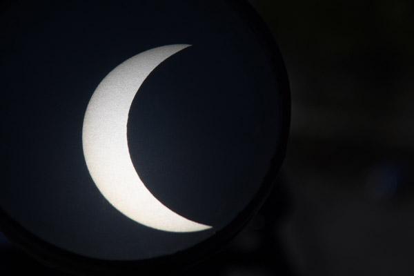 Người Hà Nội đội nắng theo dõi nhật thực một phần