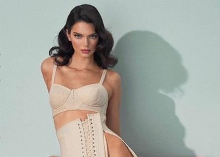 Kendall Jenner diện trang phục xẻ đến eo