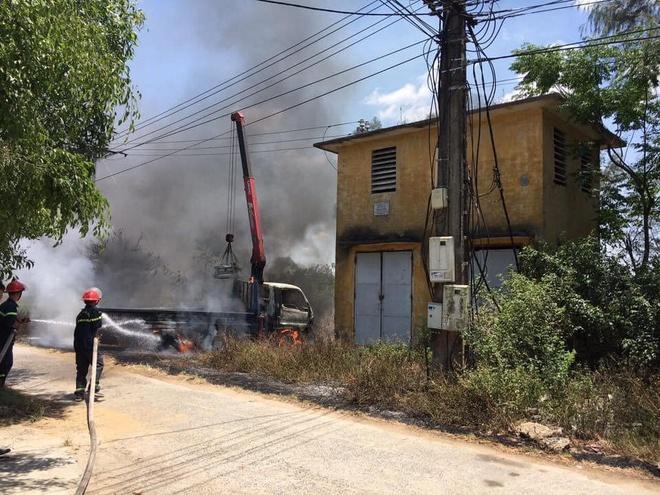 Ôtô tải cẩu vướng dây điện bốc cháy, tài xế tử vong tại chỗ