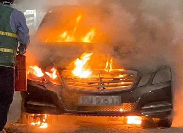 Xe Mercedes bốc cháy trơ khung trên cầu Bạch Đằng