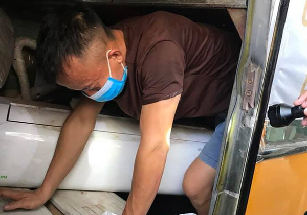 3 người chui gầm xe khi nhập cảnh để trốn cách ly