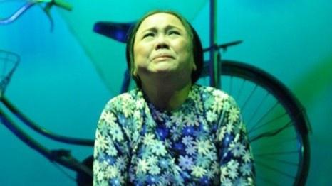 Nghệ sĩ Ái Như ngã trên sân khấu, chấn thương cột sống