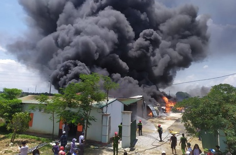Nhà kho 2.000 m2 bốc cháy
