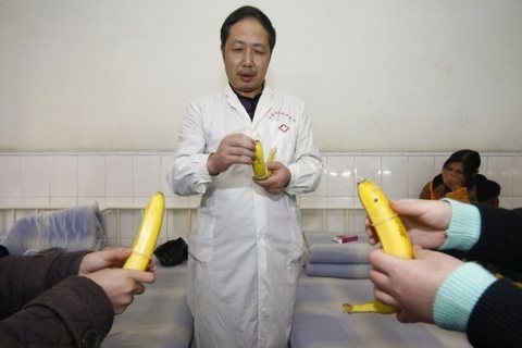 Thầy giáo Hàn bị chỉ trích vì dùng chuối để giáo dục giới tính