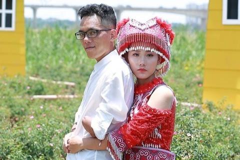 Chàng trai người Dao cụt 2 tay, gặp vợ kém 11 tuổi nhờ mạng xã hội