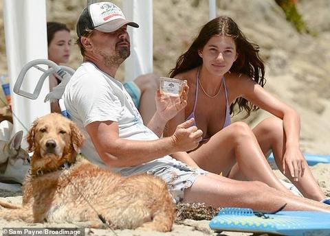 Leonardo DiCaprio đi biển cùng bạn gái kém 23 tuổi