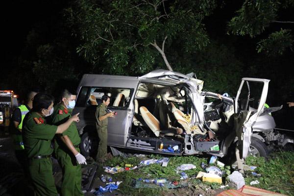 Ôtô 16 chỗ đấu đầu xe tải, ít nhất 8 người tử vong