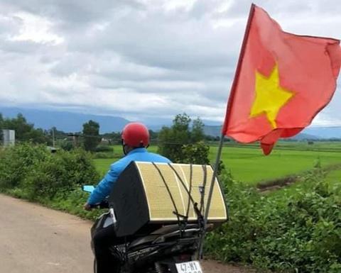 Chàng trai Đắk Lắk chở loa đi tuyên truyền người dân chống dịch