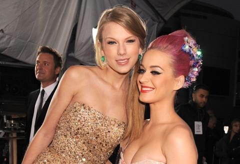 Taylor Swift thêu khăn tặng con gái Katy Perry