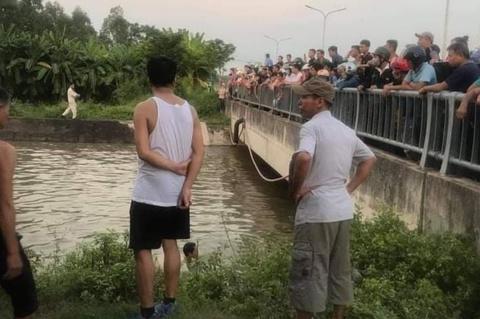 2 cháu tử vong, ông mất tích khi xe máy lao xuống sông