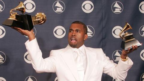 Kanye West bỏ kèn vàng Grammy vào toilet