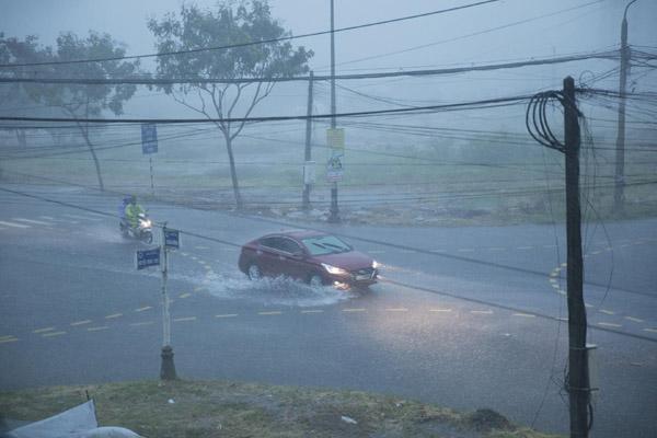 Nhiều nơi ở Huế, Đà Nẵng mất điện do bão