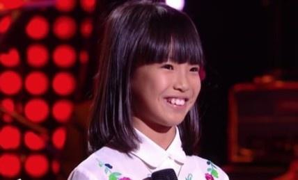 Cô bé 8 tuổi hát 'Bonjour Vietnam' trên sóng truyền hình Pháp