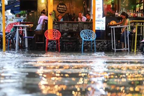 Phố đi bộ Bùi Viện ngập nước sau mưa lớn