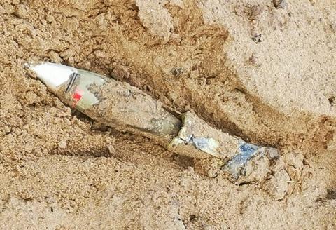 Phát hiện đạn cối trong bãi cát